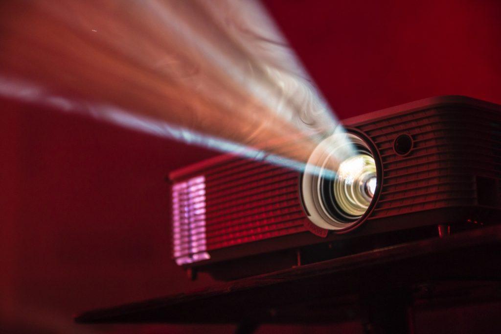 Evde yapabileceğiniz keyifli aktiviteler belgesel izlemek