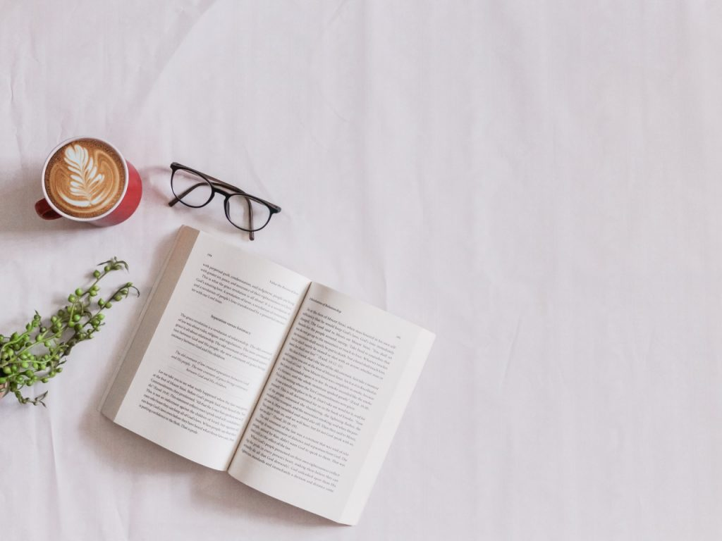 Evde yapabileceğiniz keyifli aktiviteler kitap okumak